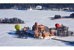 Romantiškas skrydis oro balionu žiemą Trakuose
