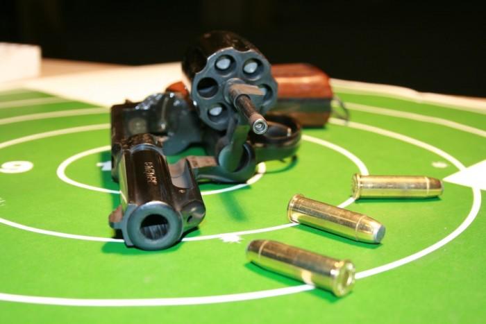 Ekstremalus šaudymas su koviniu revolveriu ir pistoletu