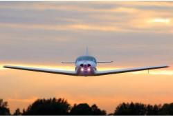 Skrydis lėktuvu su galimybe pasimokyti pilotuoti