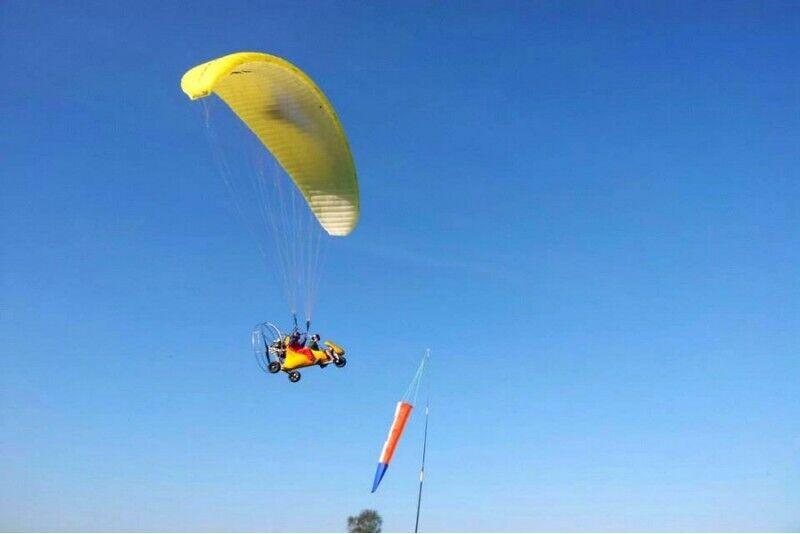 Skrydis dviviečiu motorizuotu parasparniu su galimybe pilotuoti