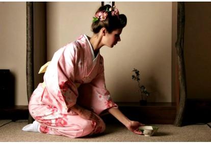 Japoniška arbatos gėrimo ceremonija apsirengus kimono