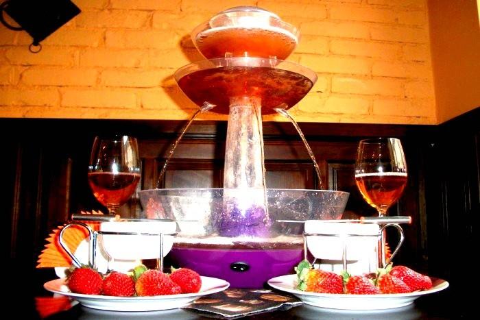 Vyno fontanas su karštu šokoladu ir vaisiais