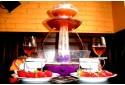 Gėrimo fontanas su karštu šokoladu ir vaisiais