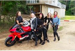 Pasivažinėjimas motociklu pašėlusiai Mergvakario kompanijai Kaune