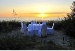 Romantiška vakarienė kopose ant jūros kranto