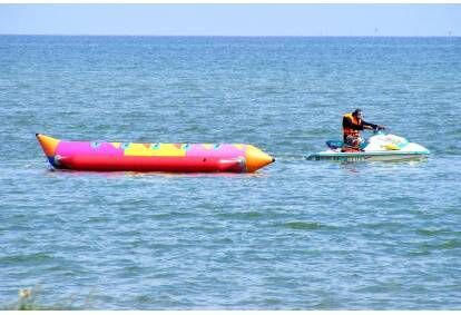 Ekstremalus pasiplaukiojimas su pripučiamu bananu Baltijos jūroje