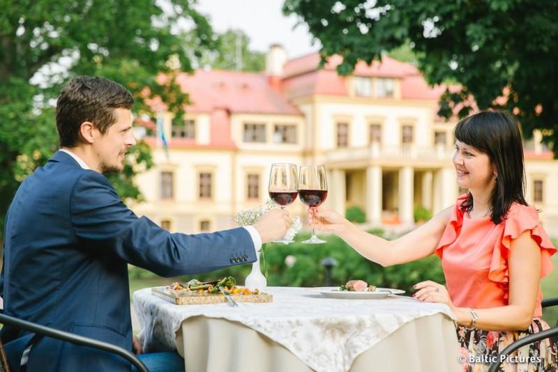 """Romantiška nakvynė su masažu """"Šampano šventė"""" dviem Dikļu pilyje"""