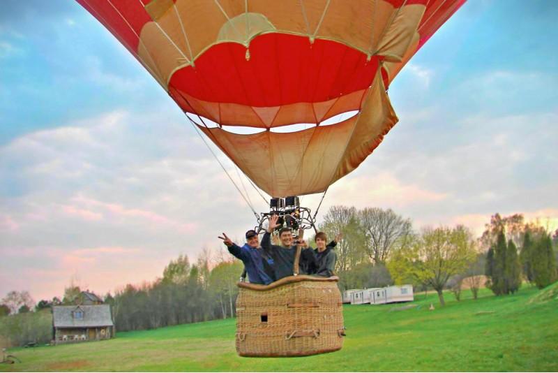 Skrydis oro balionu iš oreivių sodybos