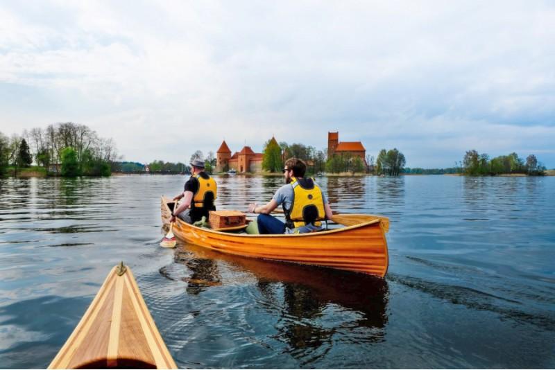 Žygis kanojomis aplink Trakų pilies salą