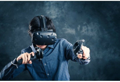 Žaidimas su virtualios realybės akiniais V-R SHOP kambaryje Kaune