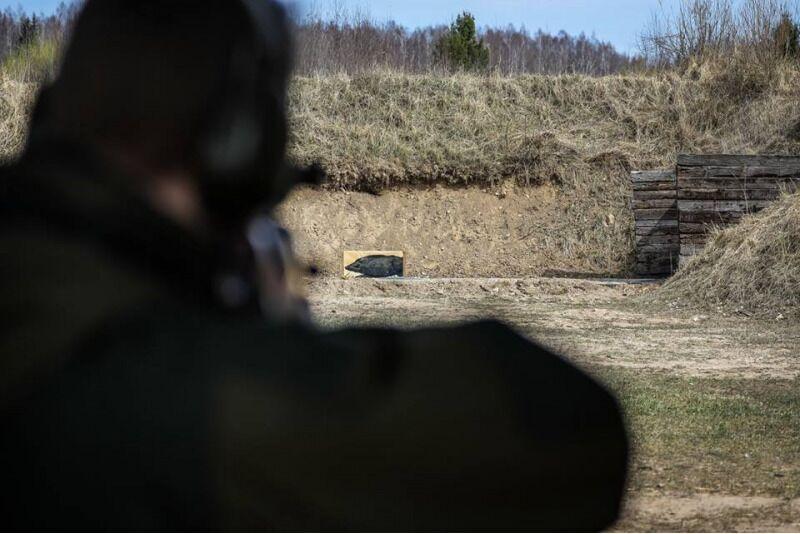 """Šaudymas į """"bėgantį šerną"""" lygiavamzdžiu šautuvu Šiauliuose"""