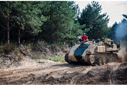 Anglijos kariuomenės šarvuočio FV432 vairavimas Vilniuje