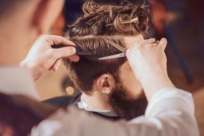 Stilingas vyriškas plaukų kirpimas ir galvos masažas Vilniuje