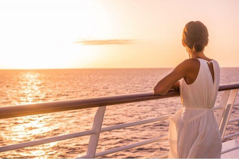 Saulės palydėjimas Kuršių mariose laivu su maudymosi platforma Nidoje