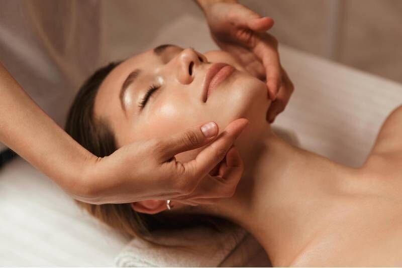 Veido valymas, 3-ijų rožių žiedlapių kompleksas + veido masažas
