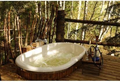 Nakvynė medžių viršūnėse palapinėje su ofuro vonia dviem