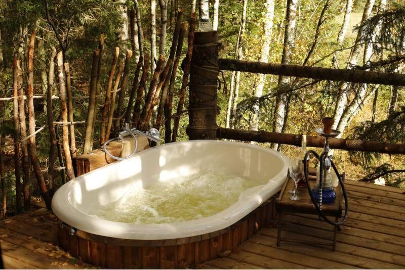 Romantiška nakvynė medžių viršūnėse su ofūro vonia dviem