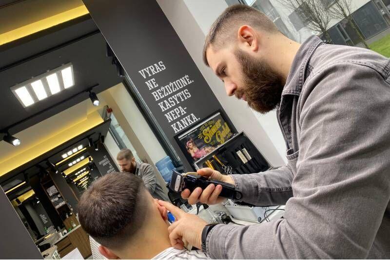"""Vyriškas plaukų kirpimas salone  """"712 Barbershop"""" Vilniuje"""