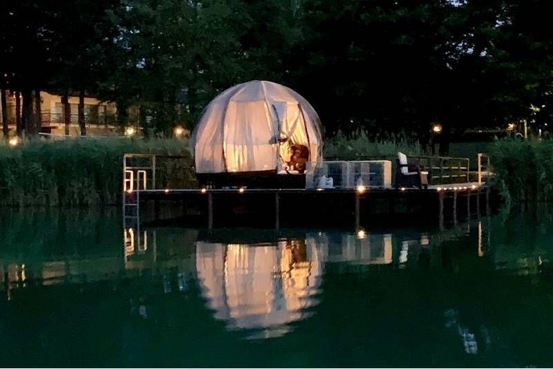 """Nakvynė """"Oasis Dome"""" kupole ant ežero kranto Varėnos rajone"""