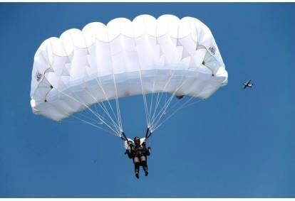 Šuolis sparno tipo parašiutu Sasnavos aerodrome Marijampolėje