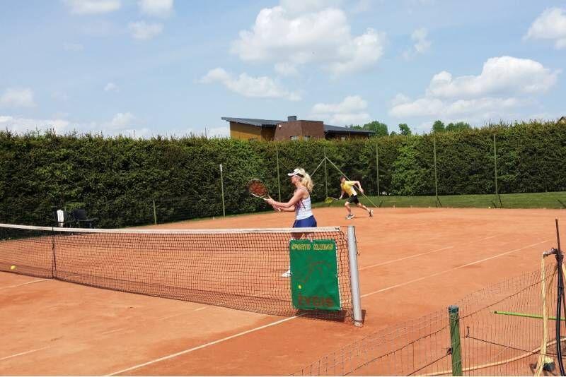 """Teniso žaidimas ir pirtis sporto klube """"Žygis"""" Raseiniuose"""