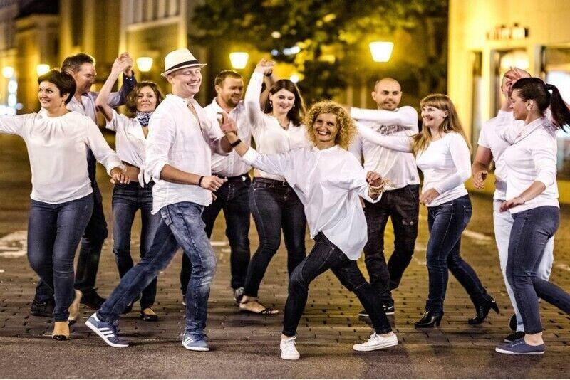 Nuotaikinga šokių pamoka vakarėliui