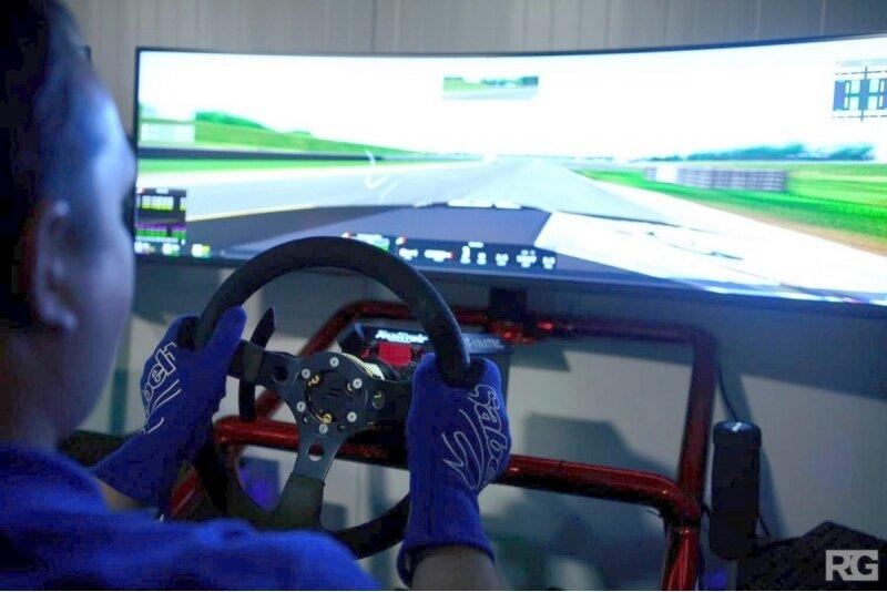 """Treniruotė lenktynių simuliatoriuje """"Sim Racing"""" Panevėžyje"""